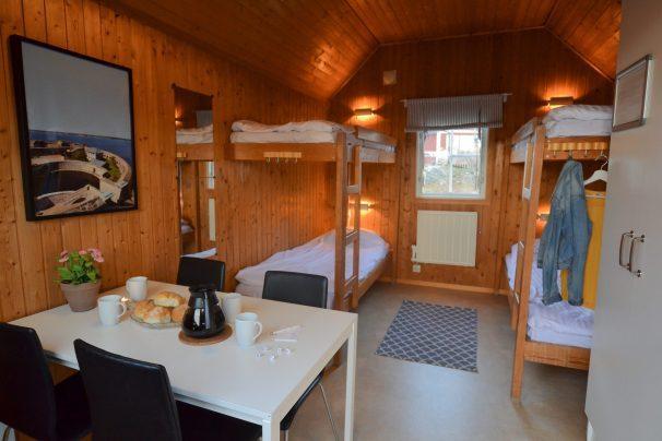 Matbord och våningssängar